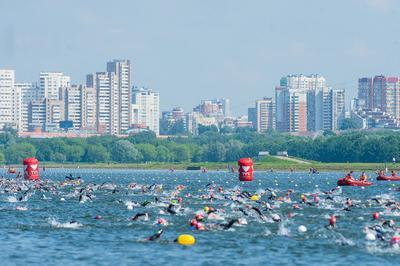 Тысяча спортсменов приняла участие в массовом заплыве спортклуба КПРФ на открытой воде