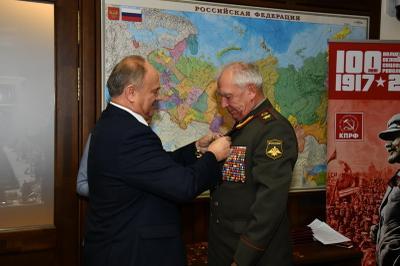 Геннадий Зюганов вручил ветеранам Вооруженных сил СССР памятные медали в честь столетия Великого Октября