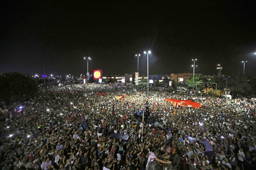 аэропорт Ататюрка встреча людей эрдогана.jpg