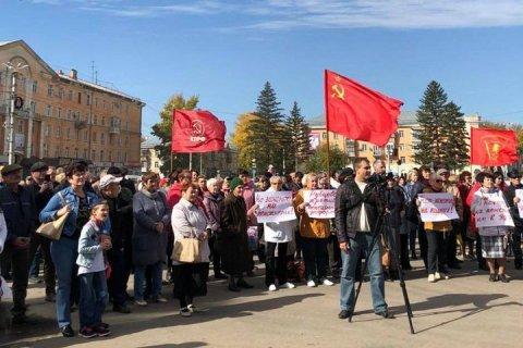 На Алтае чиновник мэрии заявил в полицию на двух депутатов-коммунистов за требование отставки Путина и Медведева