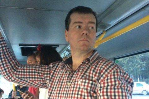 Дмитрий Медведев проехался на рейсовом автобусе по Подмосковью. Нет - показалось