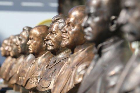 На «Аллее правителей» в Москве установили бюсты Ленина и Сталина