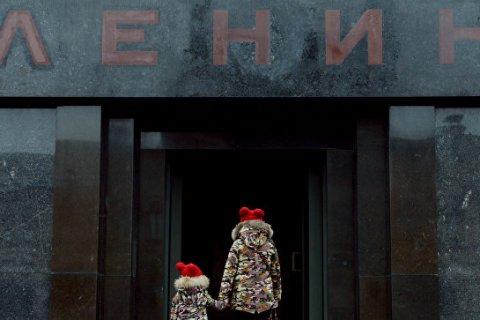 Опрос: Абсолютное большинство россиян против сноса памятников Ленину