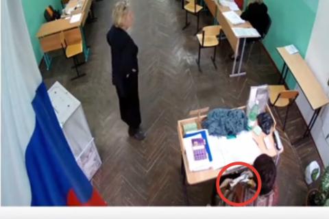 В Нижегородской области член избиркома засовывала бюллетени из-под полы. Видео