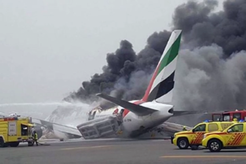 В Дубае при посадке загорелся самолет. Видео