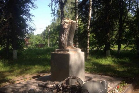 Вандалы разрушили памятник Ленину в подмосковном Софрино