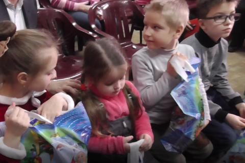 КПРФ привезла детям Донбасса новогодние подарки