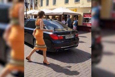 Экс-чиновник избил девушку, которая не давала ему проехать по тротуару