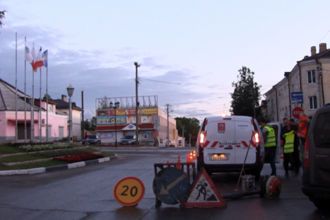 В Боровичах жители самостоятельно нанесли дорожную разметку