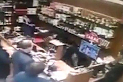 В Челябинске мужчина ранил ножом продавщицу и сделал себе харакири. Видео