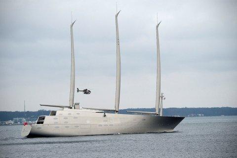 А тем временем… Восьмиэтажная яхта олигарха Мельниченко за 643 млн долларов прибыла на Корсику