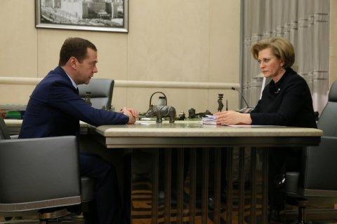 Медведев поручил запретить продажу непищевой продукции с алкоголем