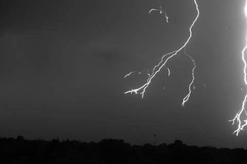Молнию сняли на видео на скорости 7000 кадров в секунду