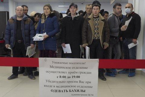 Опрос: Большинство россиян выступили за ограничение на въезд мигрантов