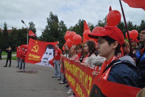 «Буржуи, под стол – идет комсомол!». Комсомольцы в Великом Новгороде вышли на митинг