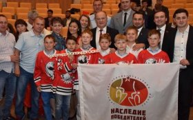 Геннадий Зюганов вручил памятные медали молодым спортсменам и ветеранам спорта