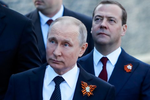 Медведев дал полтора месяца на поиск 25 триллионов рублей для майского указа Путина