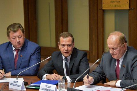 Дмитрий Медведев встретился с коммунистами и пожаловался на строительство и сирот