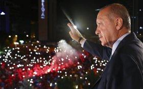 Эрдоган победил на выборах в Турции. Перед этим он напомнил, что с Путиным они дольше всех «непрерывно находятся у власти»