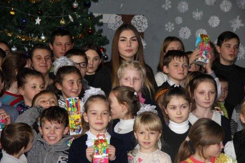 Марьяна Наумова привезла детям Донбасса новогодние подарки