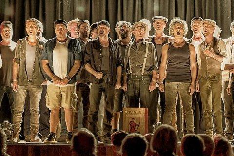 Австралийский хор поет песню «Красная Армия всех сильней»