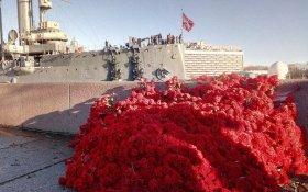 Крейсер «Аврора» засыпали красными гвоздиками в юбилей Великого Октября