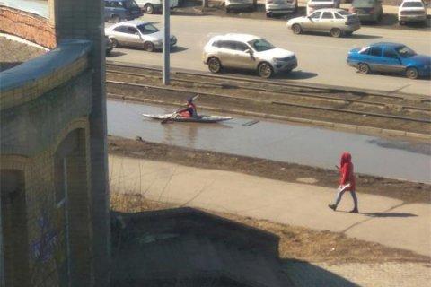 В центре Омска гребец на байдарке тренируется в гигантской луже