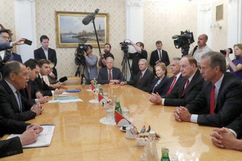 После переговоров в Москве сенатор Кеннеди сравнил власть в России с мафией. Что ответили российские политики?