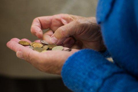 Зарплаты в России упали в два раза