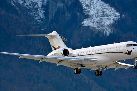Жене Шувалова приходится перевозить собак на частном самолете. В обычном – им не комфортно