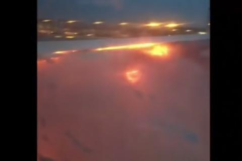 Пассажир снял из салона горящее крыло самолета