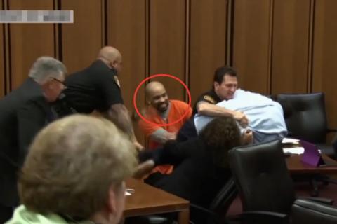 Отец убитой девушки набросился на серийного маньяка в зале суда