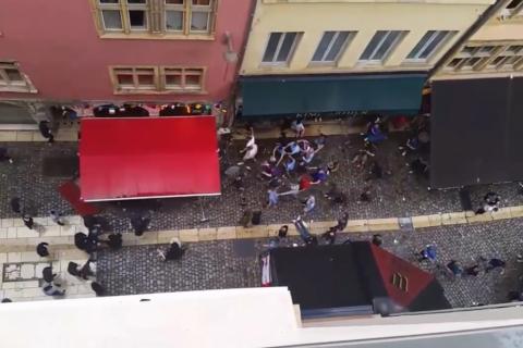 Английские и французские фанаты устроили побоище в Лионе. Видео