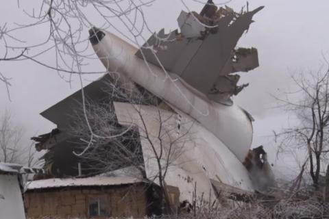 В Киргизии грузовой самолет упал на жилые дома