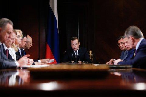 Медведев предложил срочно принять льготы для нефтяников