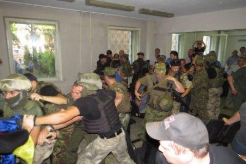 В украинском суде подсудимые с боем пытались прорваться из клетки