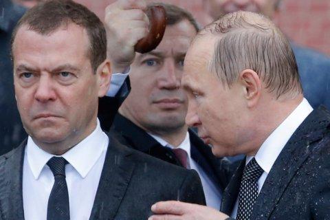 СМИ: Медведев перестал ездить по регионам из-за фильма «Он вам не Димон»