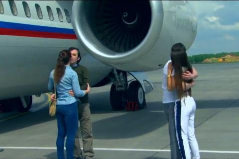 Ерофеева и Александрова встретили в Москве жены